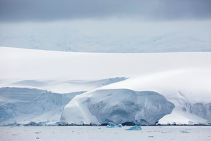 Snow covered mountains and glaciers in Dallmann Bay, Antarcticaの写真素材 [FYI03770536]