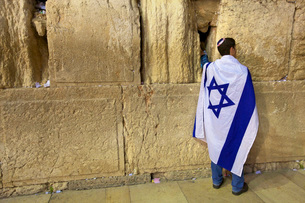Worshipper at The Western Wall, Jerusalem, Israel, Middle Eastの写真素材 [FYI03770798]