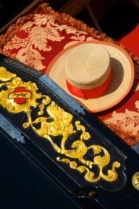 Detail of gondola and gondolier's hat, Venice, Venetoの写真素材 [FYI03770861]