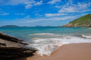 Praia das Caravelas, Rocky beach, Buzios, Rio de Janeiro State, Brazilの写真素材 [FYI03770913]