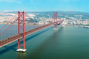 Ponte 25 de Abril (25th of April Bridge) over the Tagus River, Lisbonの写真素材 [FYI03770927]