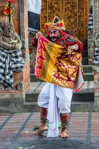 Barong and Kris dance, traditional Balinese dance, Ubud, Bali, Indonesia, Southeast Asiaの写真素材 [FYI03770950]