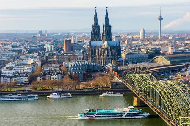 Cologne Cathedral and Hohenzollern Bridge, Cologne (Koln), North Rhine Westphaliaの写真素材 [FYI03770964]