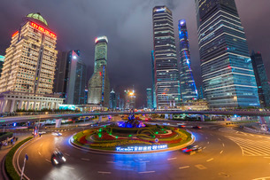 Pudong financial district at night, Shanghaiの写真素材 [FYI03770990]