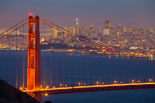 The Golden Gate Bridge and San Francisco skyline at night, San Franciscoの写真素材 [FYI03771025]