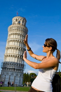 Young woman posing for photo with the Leaning Tower of Pisa, Pisa, Tuscanyの写真素材 [FYI03771094]