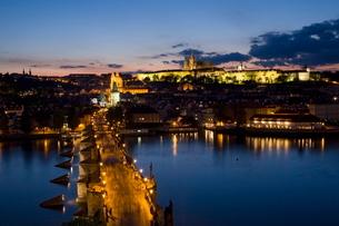 Charles Bridge over the River Vltava and Little Quarter illuminated at dusk, Pragueの写真素材 [FYI03771096]
