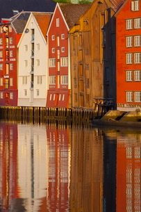 Old fishing warehouses reflected in the River Nidelva, Trondheim, Sor-Trondelag, Norway, Scandinaviaの写真素材 [FYI03771136]