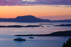 Sunset over Giske Island, Sunnmore, More og Romsdal, Norway, Scandinaviaの写真素材 [FYI03771143]