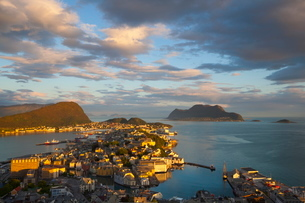 Elevated view over Alesund illuminated at sunset, Sunnmore, More og Romsdal, Norway, Scandinaviaの写真素材 [FYI03771146]