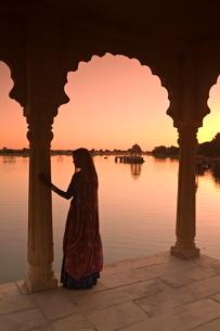 Woman in traditional dress, Jaisalmer, Western Rajasthanの写真素材 [FYI03771175]