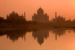 Taj Mahal reflected in the Yamuna River at sunset, Agra, Uttar Pradeshの写真素材 [FYI03771179]