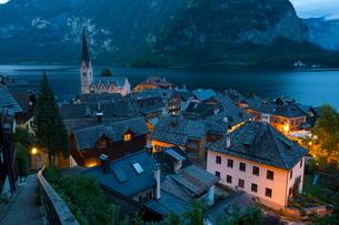 Village of Hallstatt illuminated at dusk, Hallstattersee, Oberosterreich (Upper Austria), Austriaの写真素材 [FYI03771192]