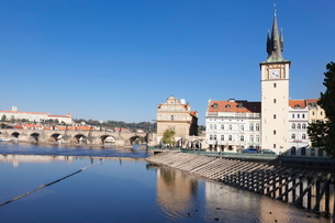 View over the River Vltava to Smetana Museum, with Charles Bridge and the Castle District in the disの写真素材 [FYI03771301]