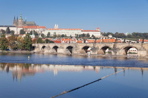 View over the River Vltava to Charles Bridge and the Castle District with St. Vitus Cathedral and Roの写真素材 [FYI03771303]