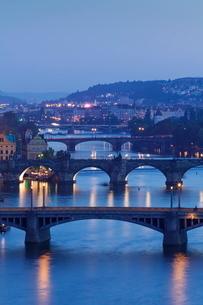 Bridges over the Vltava River including Charles Bridge, Prague, Bohemiaの写真素材 [FYI03771353]
