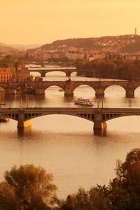 Bridges over the Vltava River including Charles Bridge, at sunset, Prague, Bohemiaの写真素材 [FYI03771360]