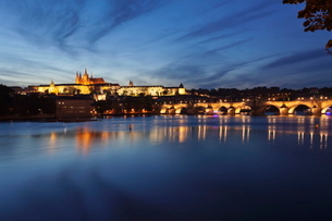 View over the River Vltava to Charles Bridge and the Castle District with St. Vitus Cathedral and Roの写真素材 [FYI03771362]