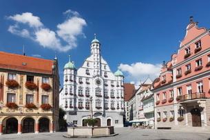 Town Hall with Steuerhaus building and Grosszunft building at market square, Memmingen, Schwaben, Baの写真素材 [FYI03771437]