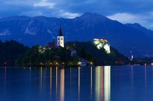 Blejski Otok Island with Santa Maria Church, Bled Castle, Lake Bled, Gorenjska, Julian Alps, Sloveniの写真素材 [FYI03771489]
