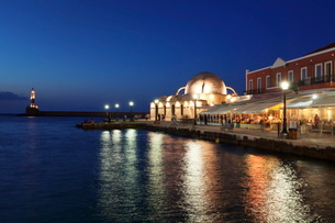 Lighthouse at Venetian port and Turkish Mosque Hassan Pascha at night, Chania, Crete, Greek Islandsの写真素材 [FYI03771574]