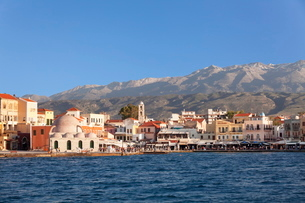 Venetian port and Turkish Mosque Hassan Pascha in front of Lefka Ori Mountains (White Mountains), Chの写真素材 [FYI03771605]