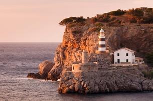Lighthouse Far de sa Creu at sunset, Port de Soller, Majorca (Mallorca), Balearic Islandsの写真素材 [FYI03771653]