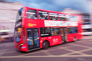 Motion blurred red double decker bus, Piccadilly Circusの写真素材 [FYI03771701]