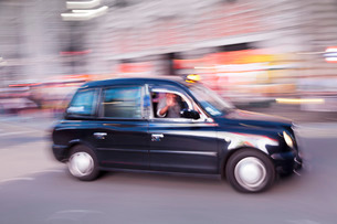 Motion blurred black taxi, Piccadilly Circusの写真素材 [FYI03771702]