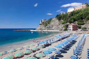 Beach with parasols and sun loungers, Monterosso al Mare, Cinque Terre, Riviera di Levante, Liguriaの写真素材 [FYI03771732]
