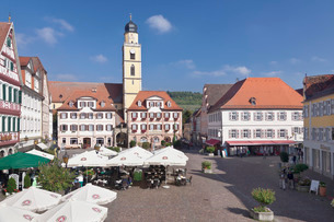 Market Square with twin houses and St. Johannes Baptist Cathedral, Bad Mergentheim, Taubertal Valleyの写真素材 [FYI03771747]