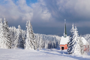 Winter landscape with church, Kandel Mountain, Black Forest, Baden-Wurttembergの写真素材 [FYI03771913]