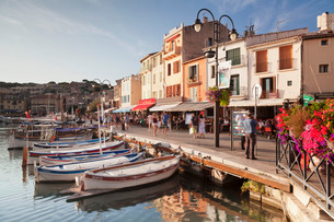 Fishing boats at the harbour, restautants and street cafes on the promenade, Cassisの写真素材 [FYI03772087]