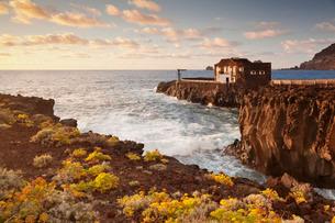 Hotel Punta Grande at sunset, Las Puntas, El Golfo, lava coast, UNESCO biosphere reserve, El Hierro,の写真素材 [FYI03772154]