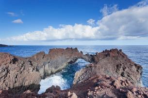 Rock arch, Arco de la Tosca at Punta de la Dehesa, lava coast, UNESCO biosphere reserve, El Hierro,の写真素材 [FYI03772156]