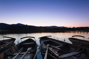 Rowing boats on Derwent Water, Keswick, Lake District National Park, Cumbriaの写真素材 [FYI03772296]