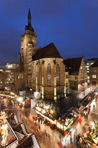 Christmas fair on Schillerplatz Square, Stiftskirche church, Stuttgart, Baden Wurttembergの写真素材 [FYI03772419]