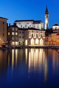 Waterfront buildings at the harbour and bell tower of Cathedral of St. George, Piran, Istria, Slovenの写真素材 [FYI03772472]
