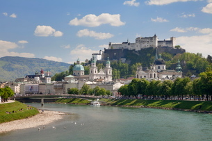 Old Town, with Hohensalzburg Fortress and Dom Cathedral and the River Salzach, Salzburg, Salzburgerの写真素材 [FYI03772491]