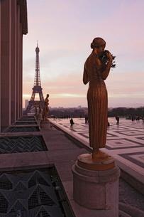 Trocadero and Eiffel Tower at sunrise, Paris, Ile de Franceの写真素材 [FYI03772503]