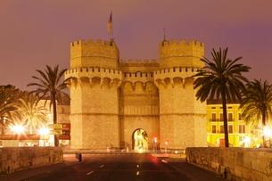 Torres de Serranos city gate at dusk, Valencia, Comunidad Valenciaの写真素材 [FYI03772521]
