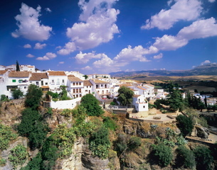 Houses on a gorge, old town of Ronda with cumulus clouds, Province Malaga, Andalusiaの写真素材 [FYI03772524]