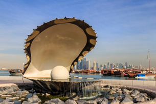 Pearl Monument with moored dhows and modern city skyline of West Bay, from Al-Corniche, Doha, Qatar,の写真素材 [FYI03772575]