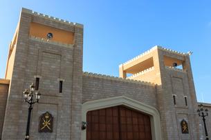 Battlements and huge teak gates of Al-Husn, Sultan's Palace, Salalah, Dhofar Region, Southern Oman,の写真素材 [FYI03772586]