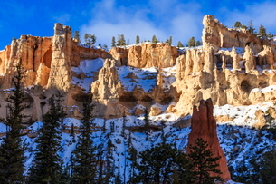 Snowy cliffs from Peekaboo Loop Trail, Bryce Canyon National Parkの写真素材 [FYI03772633]