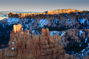 Rocks lit by late afternoon sun with snow, from Sunset Point, Bryce Canyon National Parkの写真素材 [FYI03772653]