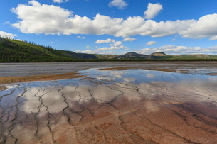 Grand Prismatic Spring reflections with Twin Buttes, Midway Geyser Basin, Yellowstone National Parkの写真素材 [FYI03772673]