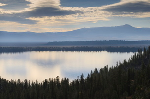 Jenny Lake from Inspiration Point on a hazy autumn (fall) day, Grand Teton National Parkの写真素材 [FYI03772692]