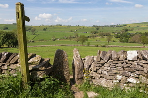 Footpath sign and stone stile with dry stone wall, near Alstonefield, Peak District National Park, Sの写真素材 [FYI03772736]