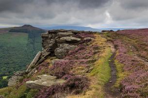 Track on Bamford Edge, Win Hill and a distant Kinder Plateau, Dark Peak, Peak District, Derbyshireの写真素材 [FYI03772823]